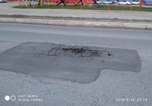 Через четыре дня после ремонта появилась яма на улице Дукача
