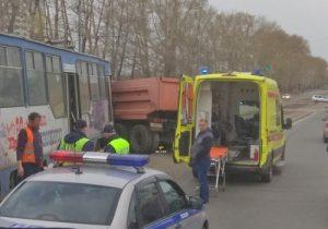 В Новосибирске женщина пострадала в ДТП КамАЗа и трамвая, сошедшего с рельс