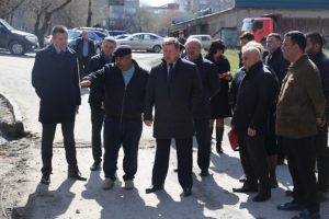 Мэр Новосибирска проверил ремонты дворов на ул. Бориса Богаткова