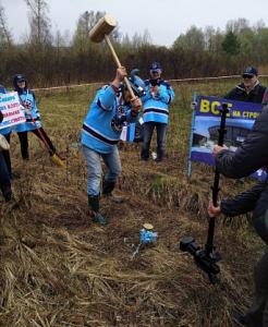 Болельщики «Сибири» вбили золотой гвоздь на месте строительства нового ЛДС