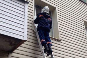 Из-запертой квартиры спасатели Новосибирска достали пятилетнего малыша
