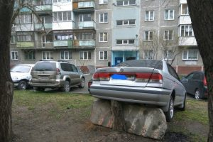 """Водитель из Новосибирска показал во дворе """"Парковку 90-го левела"""""""
