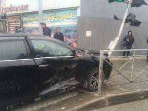 В Новосибирске Toyota Camry протаранила светофор, трое в больнице