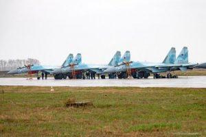 В небе над Новосибирском пролетели три самолета Су-35 с иконами Архангела Михаила