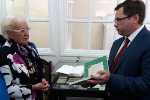 Новосибирский музей аптечного дела получил награду из рук Мишель Буарон