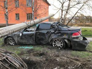 В Новосибирске BMW расплющило от удара столбом