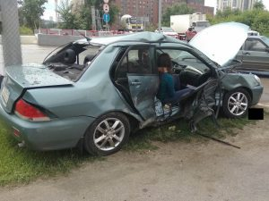 ДТП в Новосибирске: столкнулись пикап Nissan и седан Mitsubishi