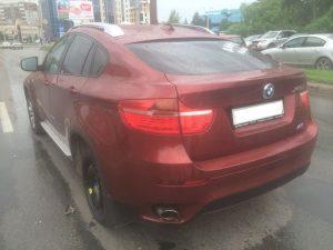 В Новосибирске на Жуковского отлетевшее от BMW колесо повредило машину