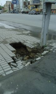 Тротуар на Большевистской начал сползать под землю