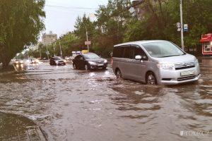 Улицы Новосибирска затопило после сильного ливня