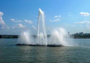 В Новосибирске запустили плавучие фонтаны на Михайловской набережной