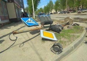 """""""Пьяное"""" ДТП в Бердске: «Тойота» сбила светофор и перевернулась"""