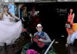 Венецианский карнавал: жители Оби устроили шоу в затопленном переходе