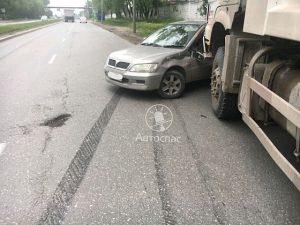 ДТП в Новосибирске: грузовик протащил Mitsubishi Lancer 60 метров