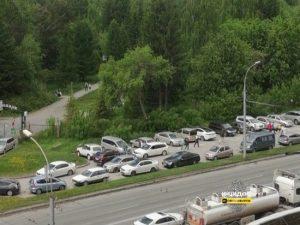 Житель Новосибирска незаконно брал деньги за парковку у Дендропарка