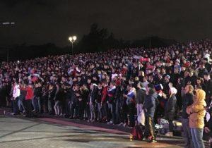 Новосибирск: 2000 болельщиков следили за футбольным матчем ночью на набережной