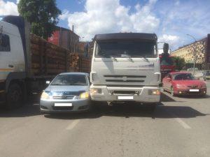 Огромная пробка из-за ДТП блокировала Фабричную улицу в Новосибирске