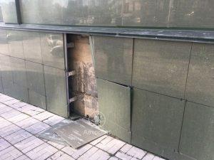 Мотоциклист в Новосибирске, уходя от аварии, врезался головой в бизнес-центр