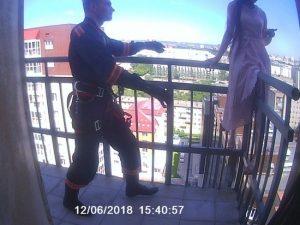 Спасатели Новосибирска сняли девушку с перил балкона 17-го этажа