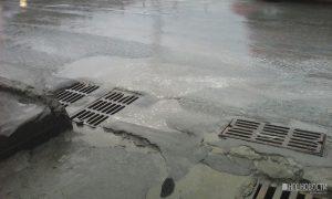 Дорожники на площади Труда ремонтируют ливневки под дождем