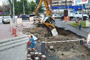 Экскаватор провалился под землю на Красном проспекте Новосибирска