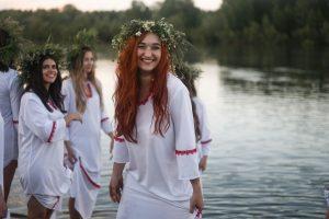 Пятнадцать девушек из Новосибирска снялись в клипе на берегу Оби