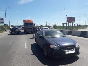 ДТП на Бердском шоссе: фура столкнулась с «Субару» и собрала пробку