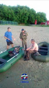 Спасатели Новосибирска спасли рыбака с перевернувшейся лодки