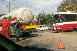 Автоцистерна с газом устроила пробку в Новосибирске на Петухова