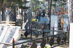 Банда вандалов разгромила могилы на Гусинобродском кладбище в Новосибирске