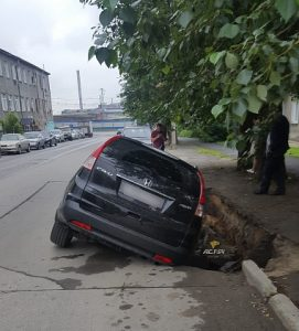 """В центре Новосибирска """"Хонда"""" провалилась под асфальт"""