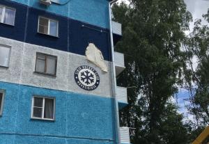 Новосибирец украсил стену хрущёвки 2-метровой снежинкой