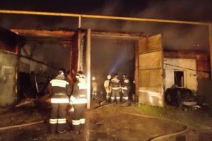 50 человек и поливомоечная машина тушили пожар в искитимских гаражах