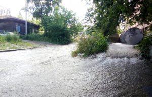 Вода из трубы залила улицы и площадь в Новосибирске