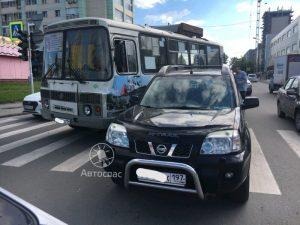 Пассажирский автобус в Новосибирске попал в ДТП из-за «скорой»