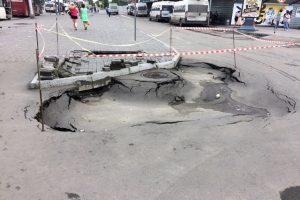 Огромная яма на «Речном вокзале» в Новосибирске - обрушился асфальт