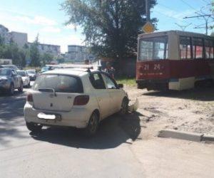Трамвай с пассажирами протаранил автомобиль в Новосибирске