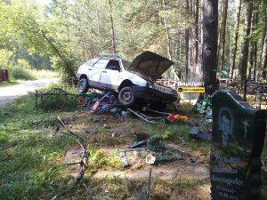 Автомобиль врезался в могилы на новосибирском Северном кладбище