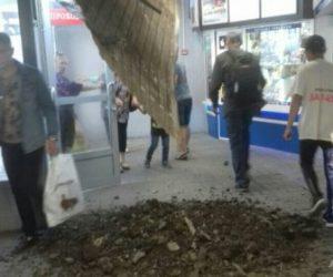Новосибирск: потолок в переходе на Речном вокзале обрушился из-за ремонта тротуара