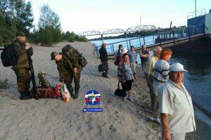 12 человек застряли на острове Кораблик из-за плавающих бревен