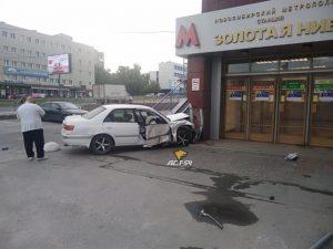 Toyota протаранила вход станции метро в Новосибирске
