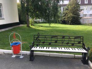 В Новосибирске на ОбьГЭСе появилась скамейка-пианино