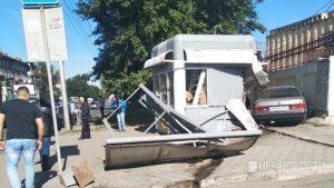 BMW влетел в остановку в Новосибирске на Большевистской, пострадали двое