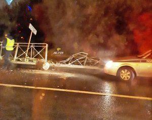 ДТП в Новосибирске: автомобиль снес ограждение, пострадали люди