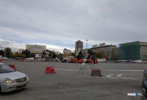 Власти Новосибирска перекрыли парковку на площади Ленина