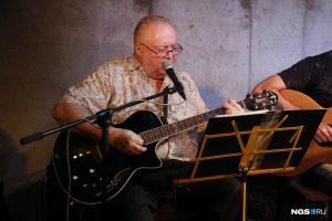 Консул Германии Клаус Имме спел в новосибирском баре