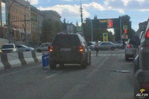 Трос с дорожными знаками рухнул на машину в Новосибирске