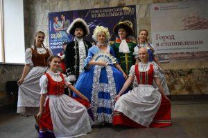 Екатерина II и немцы устроили перформанс в Новосибирском метро