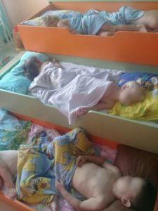 Жительница Новосибирска потребовала проверить детский сад, где дети сят на полу