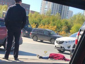Грузовик в Новосибирске насмерть сбил женщину-нарушительницу